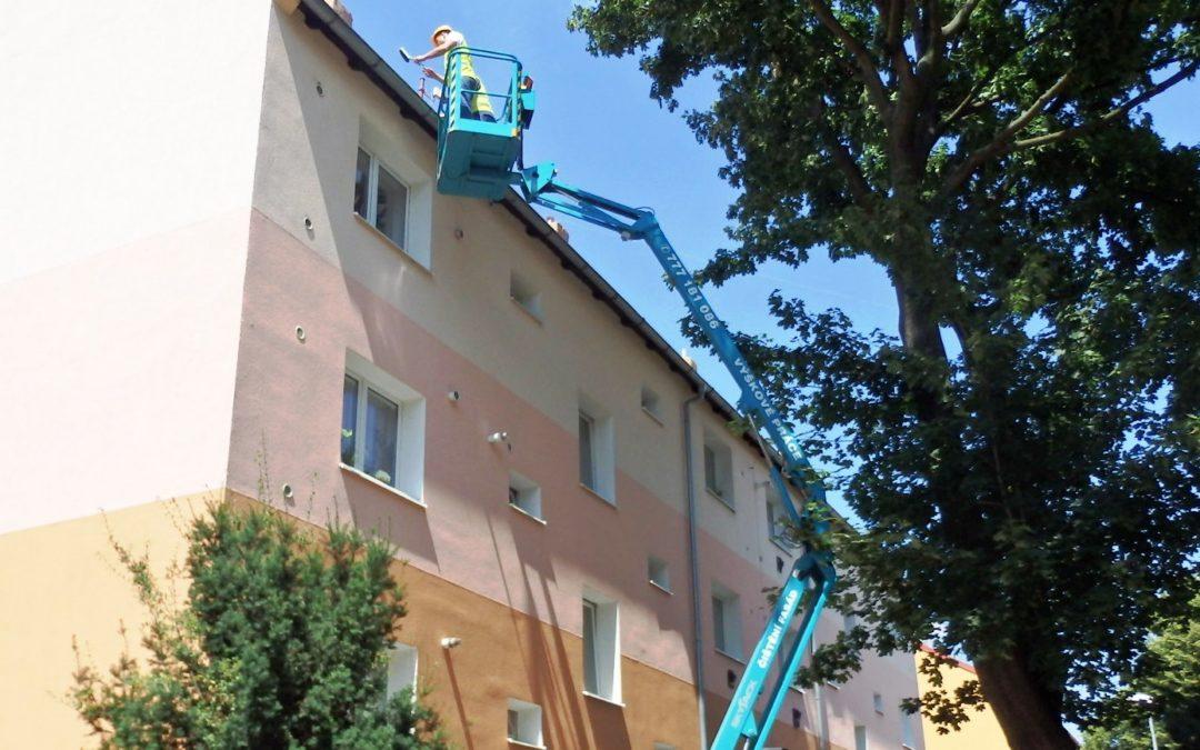 Nátěr a montáž okapových systémů – Bytový dům v Chomutově