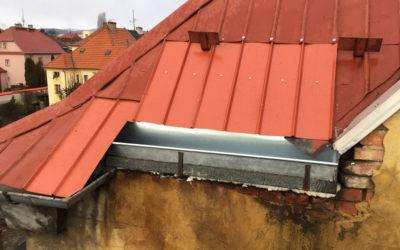 Oprava střechy a okapového žlabu – Bytový dům v Chomutově